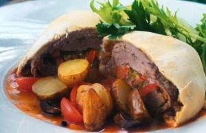 Menu ini merupakan kombinasi unik yang dinikmati dengan kentang, salad, dan saus barbeque.