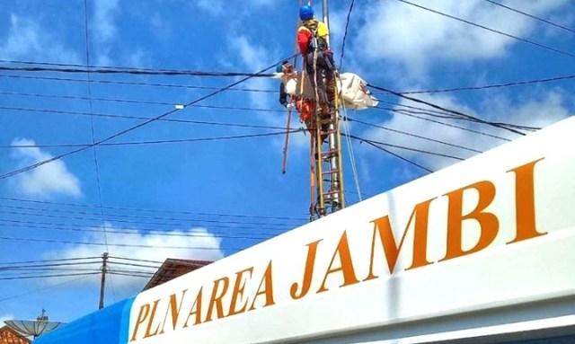Pemasangan jaringan listrik. Foto: Instagram @pln_jambi