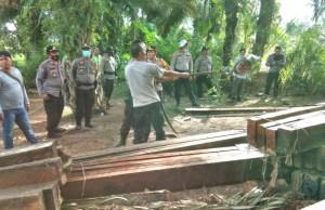 Polres Muaro Jambi Amankan Ratusan Batang Kayu Ilegal di Desa Betung.