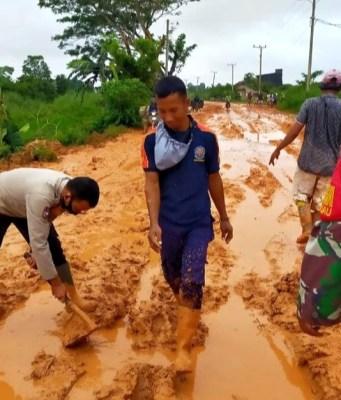Masyarakat Tanjab Timur perbaiki jalan provinsi yang rusak parah.
