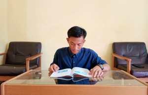 Mahasiswa FTIK UIN Sulthan Thaha Saifuddin Jambi sedang membaca buku di rumah selama pandemi
