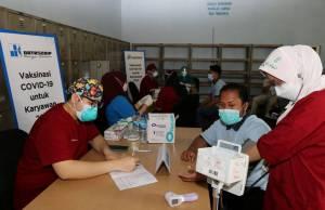 Suasana vaksinasi Covid-19 yang berlokasi di gudang Datascrip yang berada di kawasan Pulogadung, Jakarta (3/6). pt. Datascrip bekerja sama dengan Rumah Sakit Hermina sebagai vaksinator mengadakan Program Vaksinasi Gotong Royong untuk para karyawannya sebagai bentuk dukungan percepatan vaksinasi Covid-19 secara nasional.