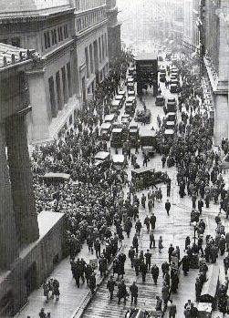 Panisk folkemengde samler seg utenfor Wall Street idet aksjekursene begynner å stupe.
