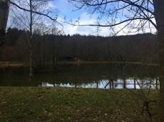 An diesem See und der Fischerhütte geht die Wanderung los.