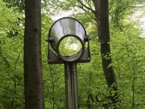 Ein Hörrohr. Es verstärkt die Umgebungsgeräusche und man hört richtig viel vom Wald.