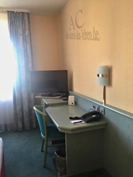 Zimmer mit Schreibtisch und Fernseher