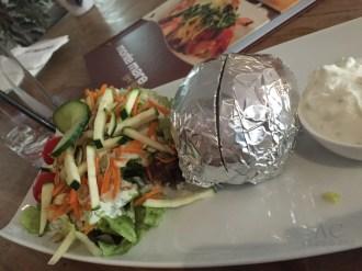Folienkartoffel mit Salat und Kräuterquark