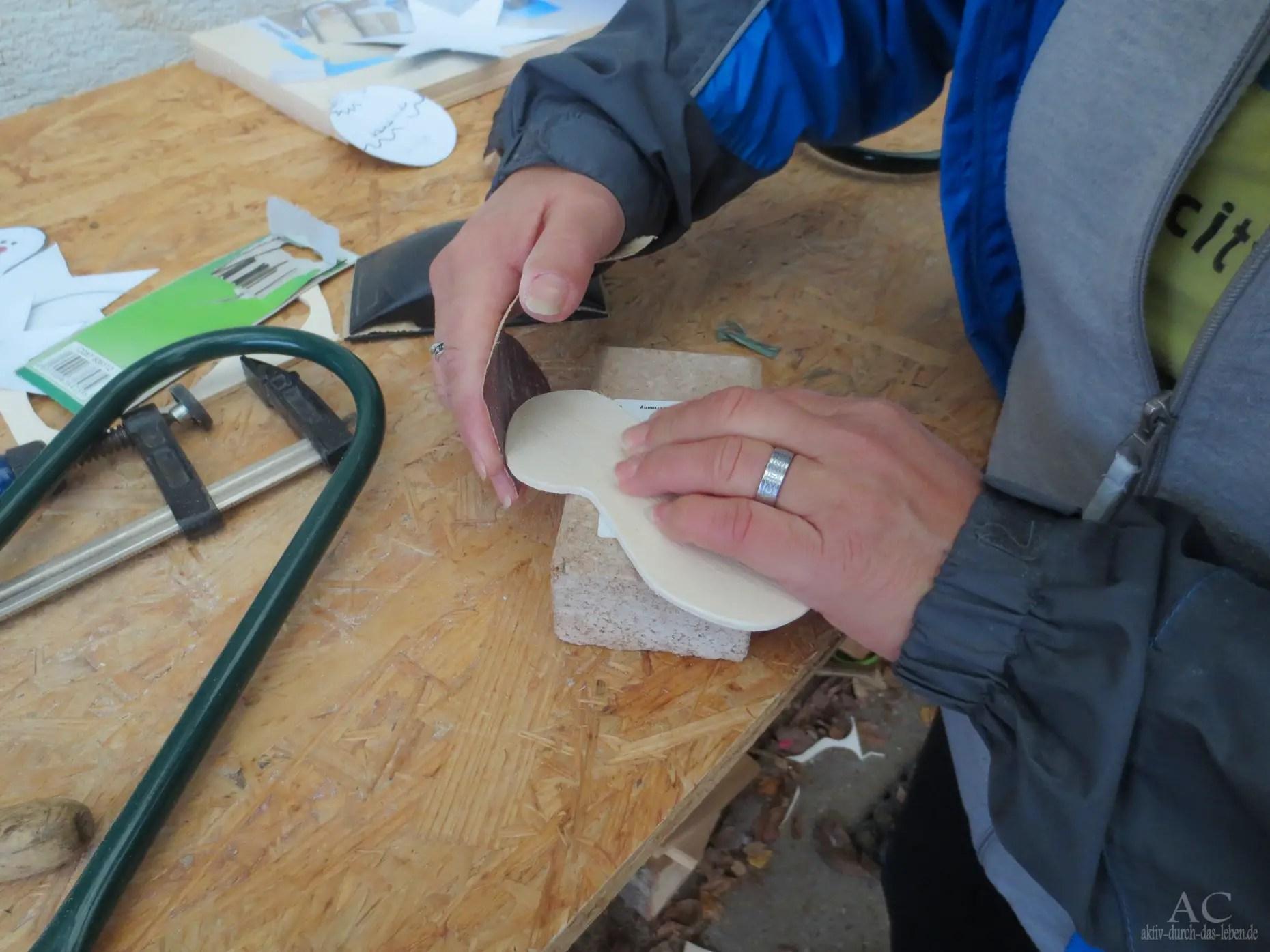 Verschieden gekörntes Schmirgelpapier macht das Holz weich beim Anfassen.