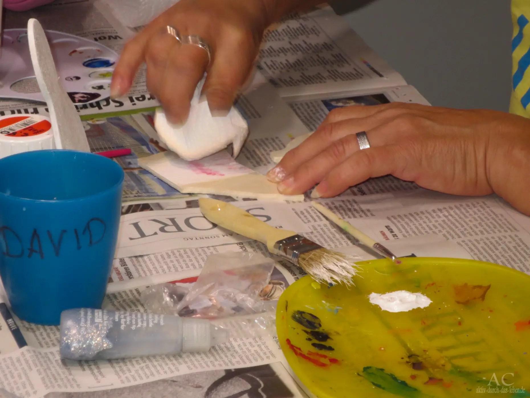 Anita tupft die Farbe auf.