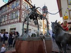 Rossmarkt mit Rossmarktbrunnen, das Pferd ist das des Spielmanns und Ritters Volker von Alzey