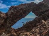 Felsenloch mit Blick aufs Meer
