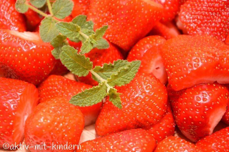 Selbstgemachte Erdbeermarmelade aus frischen Erdbeeren ist einfach unschlagbar lecker.