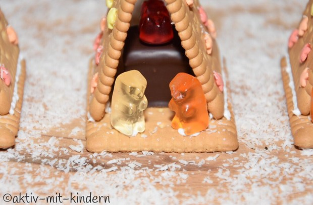 Gummibärchen vor der Kekskrippe