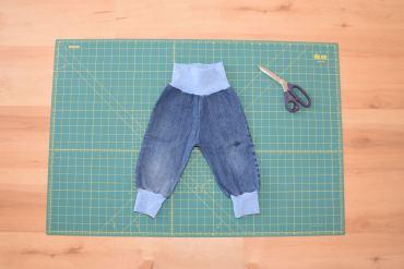 Eine Pumphose für Jungs aus Jeansresten nach dem Schnittmuster von Klimperklein