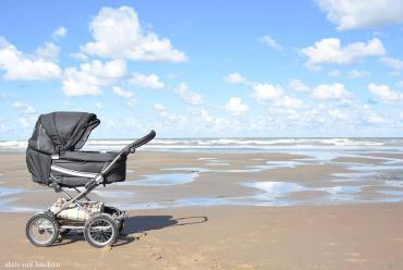 Kinderwagen am Strand