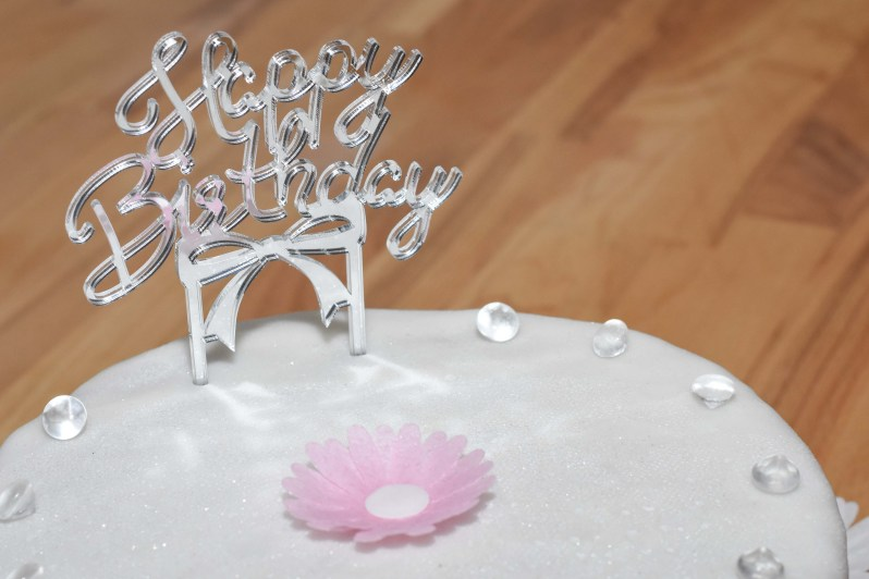 Geburtstagstorte mit Verzierung