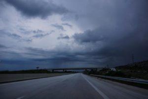 δρόμος και καταιγίδα στην Ελλάδα