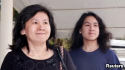 Blogger remaja Amos Yee (kanan) bersama ibunya di Pengadilan Negeri Singapura, 28 September 2016. (Reuters/Edgar Su)