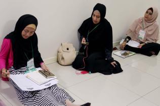 Peserta akhwat mengikuti Talaqi Kitab It'haf bersama Maulana Syekh Yusri Rusydi dalam menyambut Maulid Akbar Baginda Nabi Muhammad SAW di Majelis Zawiyah Arraudah, Tebet, Jakarta Selatan, Sabtu (28/1/2017). Didalam pembacaan kitab amin al-I'lam bi anna attasawwuf min syariat al-islam Syekh Yusri menjelaskan ihwal sufi atau orang yang mendalami tasawwuf. AKTUAL/Nailin