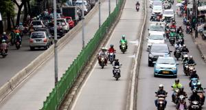Sejumlah kendaraan melaju di Jalur Transjakarta, Pasar Rumput, Jakarta, Kamis (9/2/2017). Sepanjang tahun 2016 kasus kecelakaan di jalur bus Transjakarta mencapai 852 kasus, masih banyaknya penerobos jalur Busway dan kurangnya pengawasan menyebabkan meningkatnya angka kecelakaan di jalur busTransjakarta. AKTUAL/Munzir