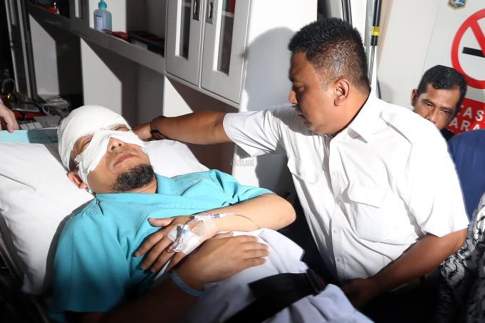 Penyidik KPK Novel Baswedan saat tiba di RS Jakarta EYE Center (JEC), Jakarta, Selasa (11/4). Novel akan menjalani pengobatan mata akibat matanya disiram air keras oleh orang yang tidak dikenal di depan rumahnya. AKTUAL/Tino Oktaviano