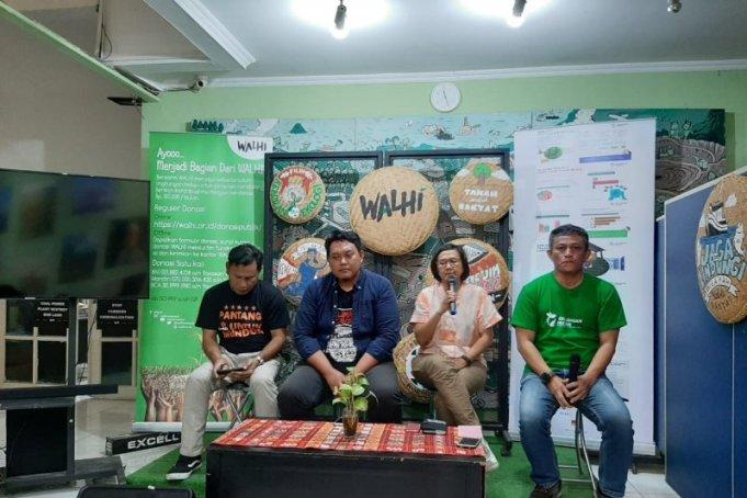 Direktur Eksekutif WALHI Nasional Nur Hidayati (kedua kanan) dalam konferensi pers di kantor WALHI di Jakarta Selatan pada Kamis (19/12/2019). ANTARA/Prisca Triferna/pri.