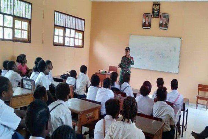 Babinsa Koramil 1707-09/Kimaam, Kodim 1707/Merauke mengajar wawasan kebangsaan ke pelajar SMP Kisito (ANTARA/HO/Pendam XVII Cenderawasih)