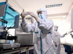 Covid-19, Nama Baru Corona: Petugas laboratorium menguji sampel dari orang yang akan diuji untuk virus corona COVID-19 di sebuah laboratorium di Shenyang, provinsi Liaoning, China, Rabu (12/2/2020).