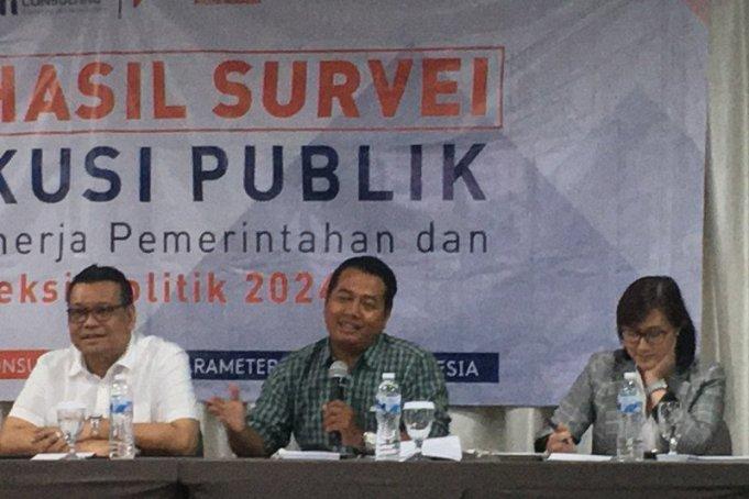 Direktur Eksekutif Parameter Politik Indonesia, Adi Prayitno (tengah), saat memaparkan rilis survei nasional proyeksi politik 2024, di Jakarta, Minggu (23/2/2020). ANTARA/Abdu Faisal