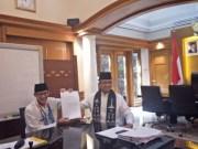 Wakil Gubernur DKI Jakarta, Sandiaga Salahuddin Uno menyerahkan surat pemberhentian sebagai Wagub kepada Gubernur DKI Jakarta, Anies Baswedan di Balai Kota DKI Jakarta, Jumat (10/08/2018). (Antara/Susylo Asmalyah)