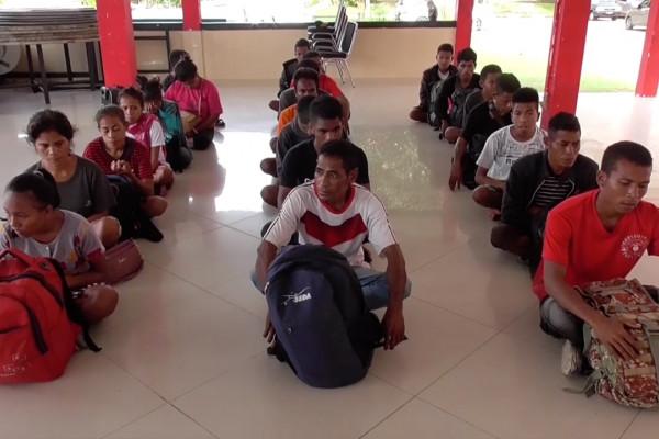 Sejumlah calon TKI yang baru tiba di Pelabuhan Tunon Taka Kabupaten Nunukan dari Sulawesi Selatan. ANTARA/Rusman