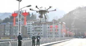 Polisi mengoperasikan drone untuk menyebarkan informasi tentang pencegahan dan kendali virus corona baru, di daerah Baokang, Xiangyang, provinsi Hubei, China, Selasa (4/2/2020). (REUTERS/China Daily CDIC)
