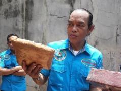 Irjen Pol Arman Depari Deputi Pemberantasan BNN memeriksa ganja hasil sitaan dari Aceh. Foto : Istimewa.