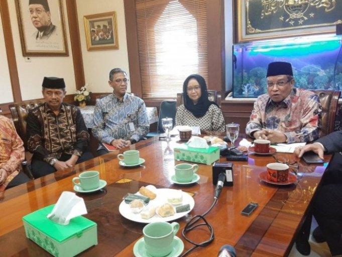 Ketua Umum PBNU Said Aqil dan Menlu Retno usai melakukan pertemuan di gedung PBNU, Jakarta, Selasa (11/2) (ANTARA/Prisca Triferna)