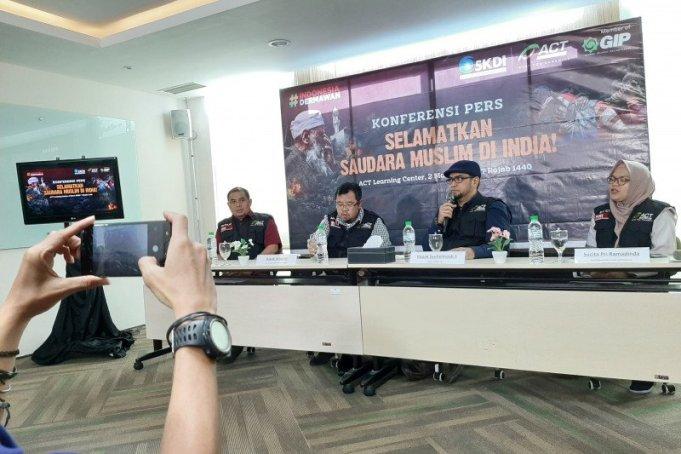 Dewan Pembina ACT Syuhelmaidi Syukur (kedua kanan) dalam konferensi pers di kantor ACT, Jakarta Selatan, Senin (2/3/2020). ANTARA/Prisca Triferna