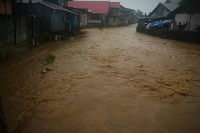 ebit air di Sungai Wosi, Kabupaten Manokwari Papua Barat, meningkat saat hujan lebat melanda daerah tersebut pada Senin (2/3/2020) (ANTARA/Toyiban)