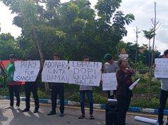 Sejumlah mahasiswa mengelar aksi damai di Kota Kupang, Sabtu (7/3). (Antara/Kornelis Kaha)