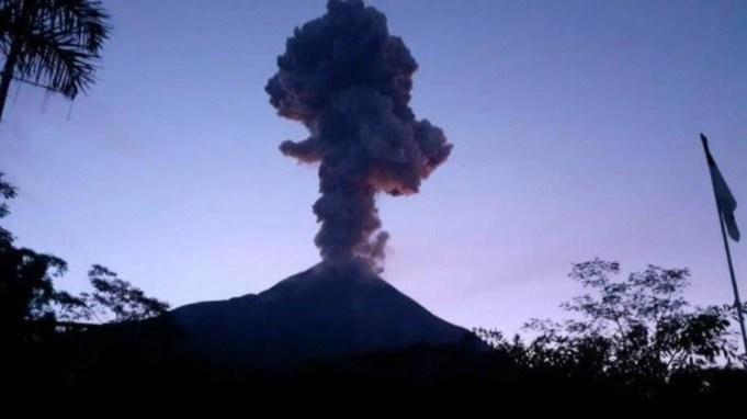 Gunung Merapi mengeluarkan kolom erupsi setinggi 6.000 meter di atas puncak. Erupsi terjadi pada Selasa, 3 Maret 2020 pukul 05.22 WIB. Kredit: BPPTKG