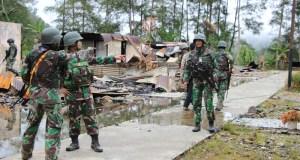 TNI saat melihat lokasi baku tembak dengan di Kampung Binti, Tembagapura, Papua/Okezone