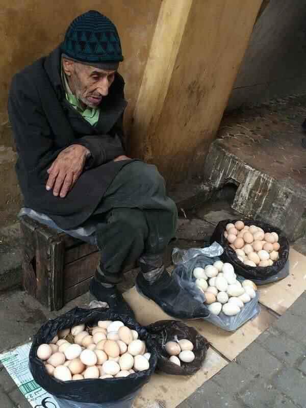 Un batran vindea oua