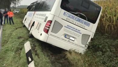 Photo of Reisebus kommt von der Fahrbahn ab und kollidiert mit Chausseebaum