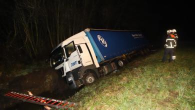Photo of Böschung herabgerutscht – LKW-Fahrer verletzt sich