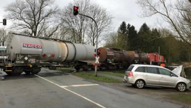 Photo of Autofahrerin prallt gegen Güterzuglok und wird leicht verletzt