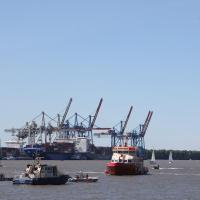 Motorboot von Verleihfirma fährt auf Leitdamm auf