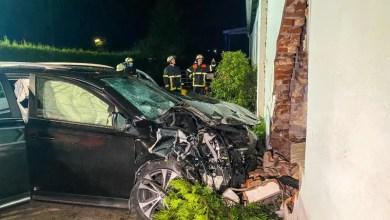 Bild von PKW fährt in Hausfassade – Fahrer verletzt gerettet