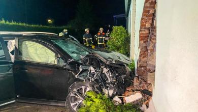 Photo of PKW fährt in Hausfassade – Fahrer verletzt gerettet