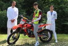 """Bild von Ärzteteam der Helios Mariahilf Klinik macht 16-jährigen Motocross-Sportler wieder """"geländetauglich"""""""