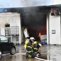 Autowerkstatt brennt in voller Ausdehnung - Bevölkerungswarnung aktiv