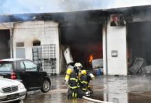 Bild von Autowerkstatt brennt in voller Ausdehnung – Bevölkerungswarnung aktiv