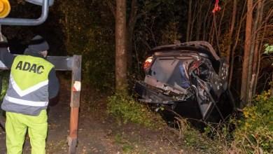 Bild von Auto überschlägt sich bei Unfall und landet im Wald